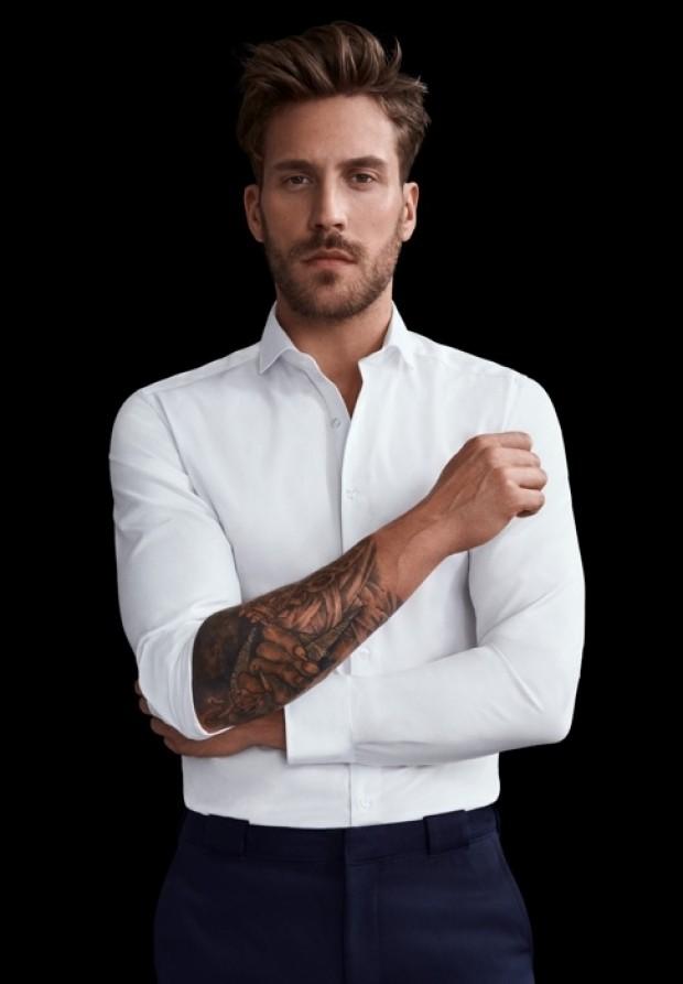 eterna vasalásmentes duplán karcsúsított férfi ing fehér (cover shirt) - modell tetoválás